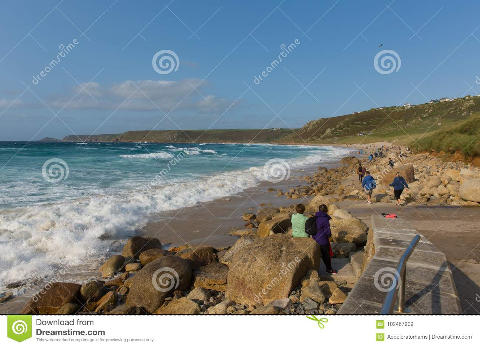 Playa Cornualles de la ensenada de Sennon con la gente que goza de las ondas azules del mar y del blanco