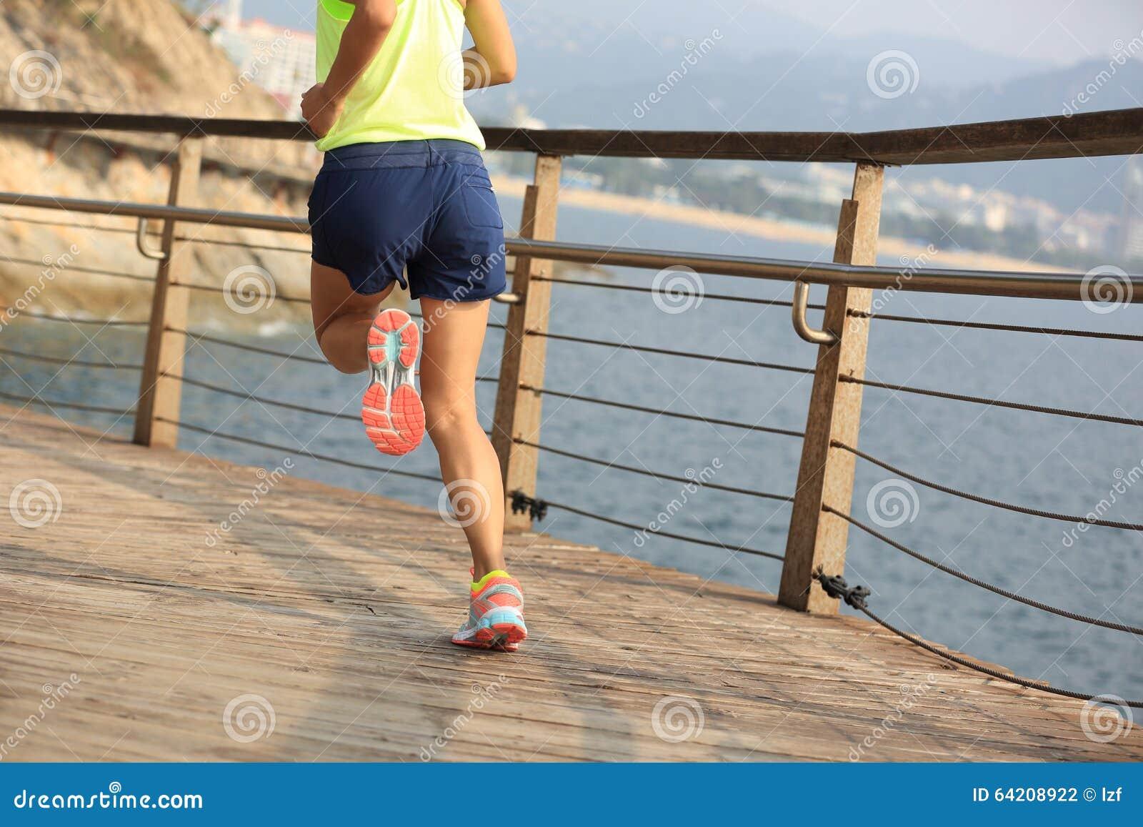 Playa corriente de la forma de vida del corredor sano de la mujer