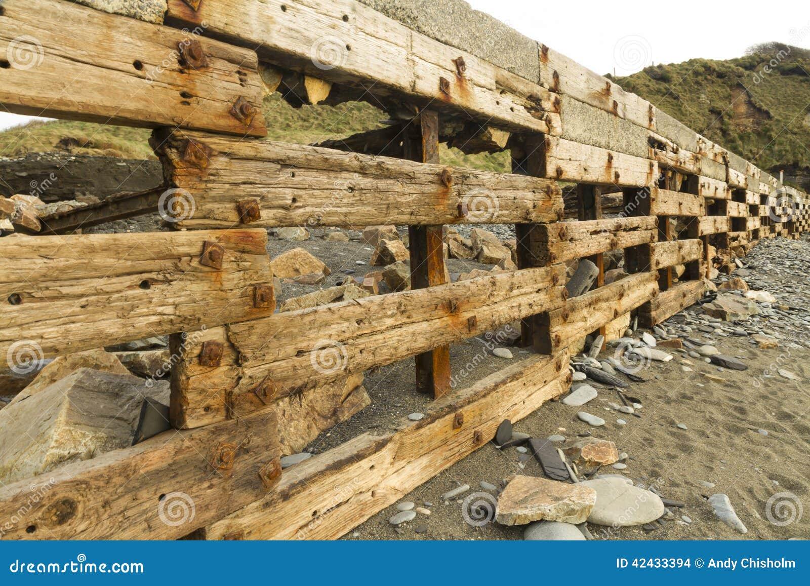 Playa de Aberiddy, restos de las defensas de mar