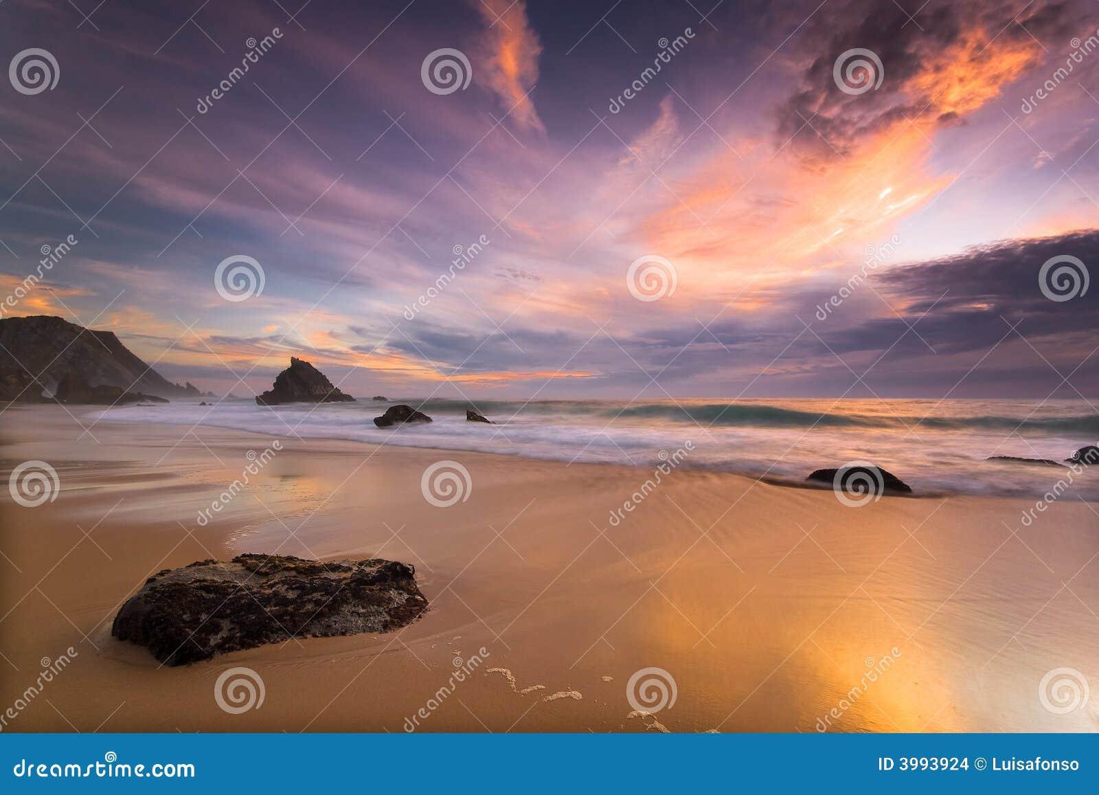 Playa de Adraga en la puesta del sol