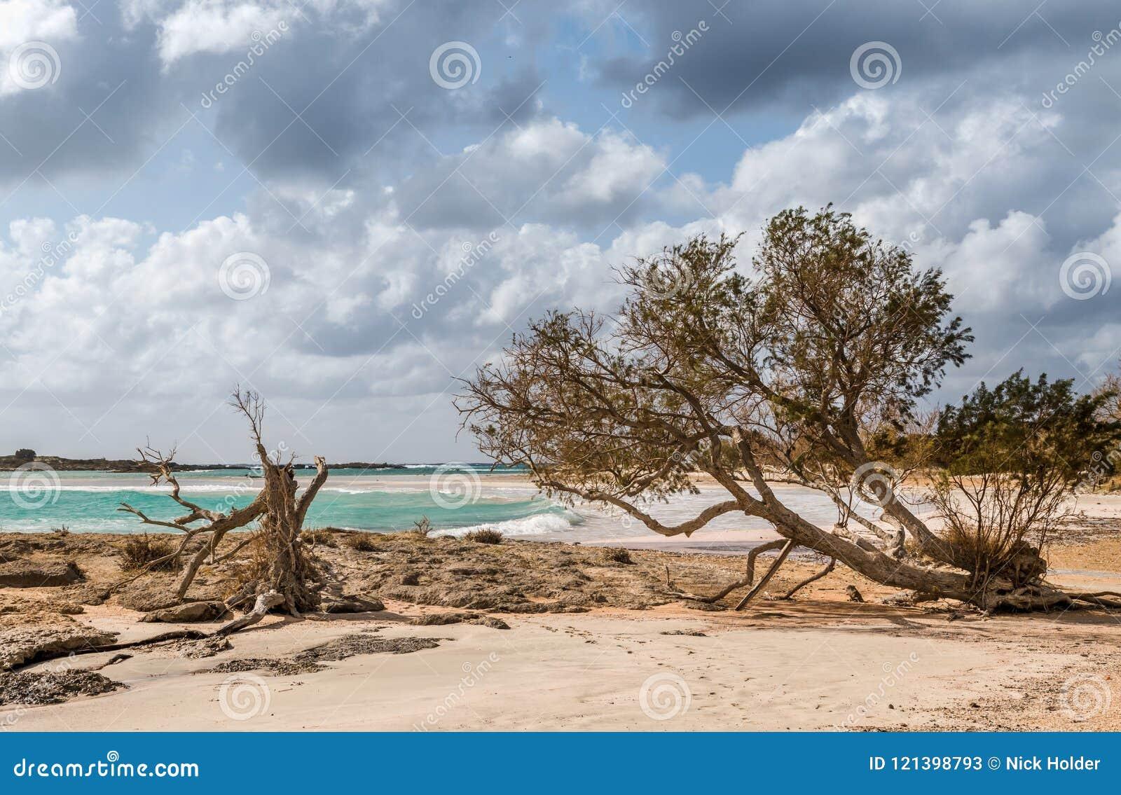 Playa de Elafonisi en Creta en un día soleado con todo nublado