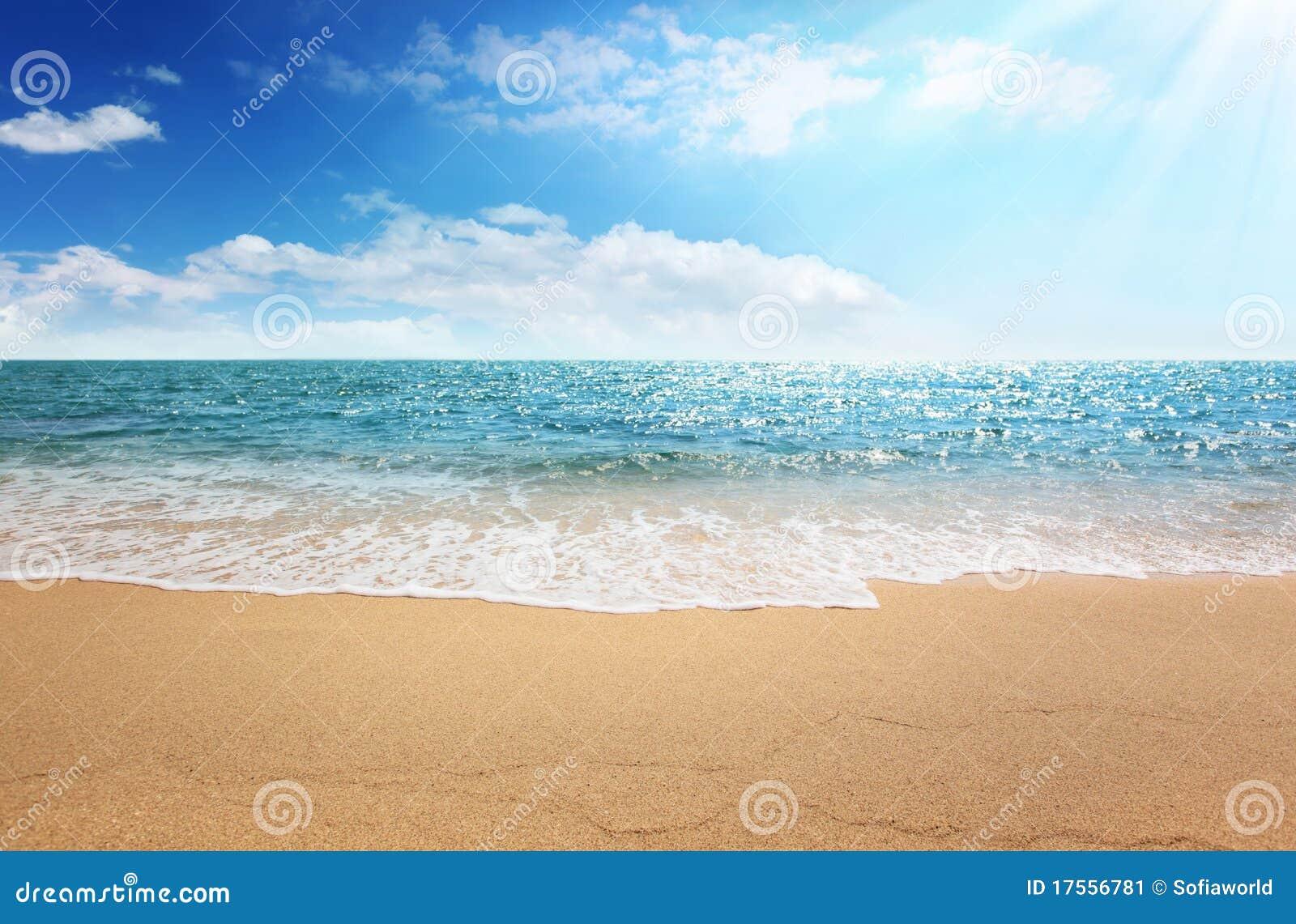 Playa de la arena y mar tropical