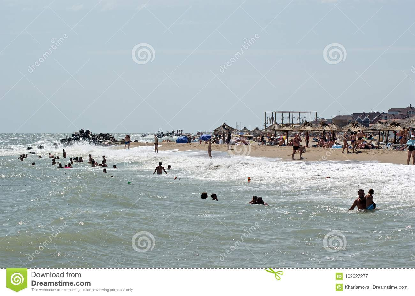 Playa de la ciudad con los veraneantes Berdyansk, Ucrania