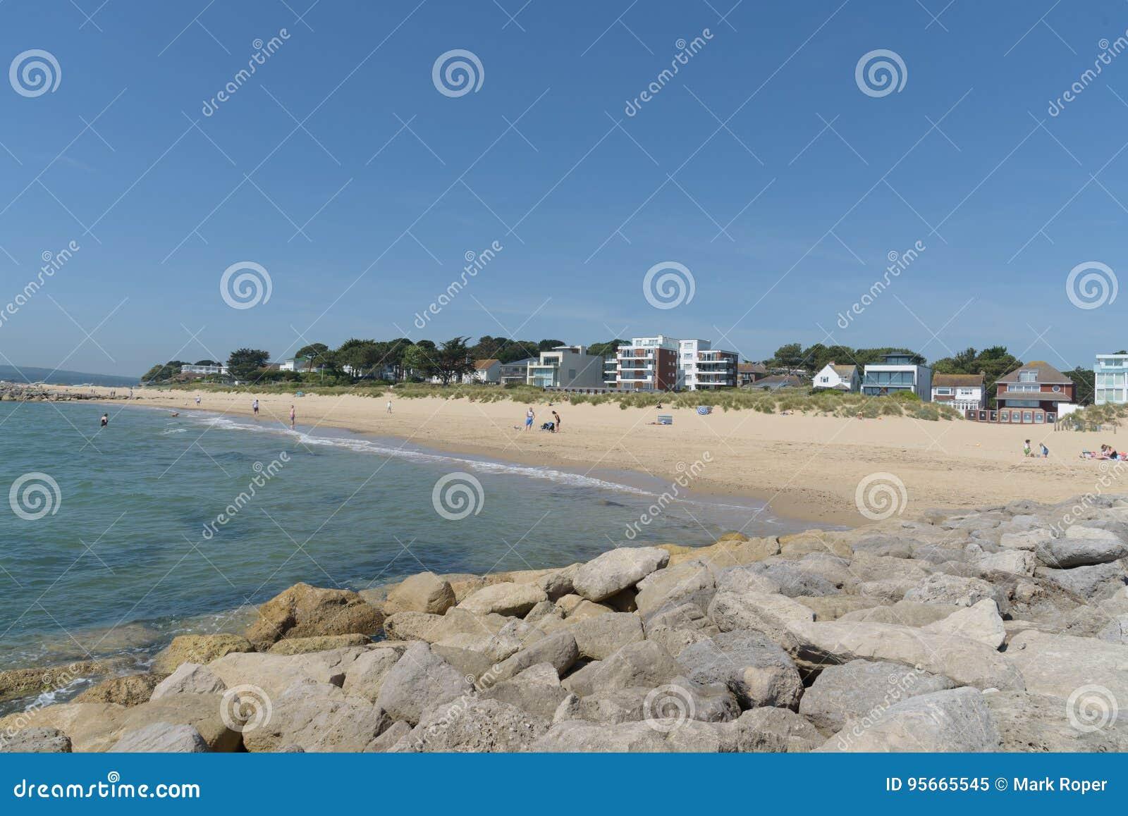 Playa de los bancos de arena con los apartamentos