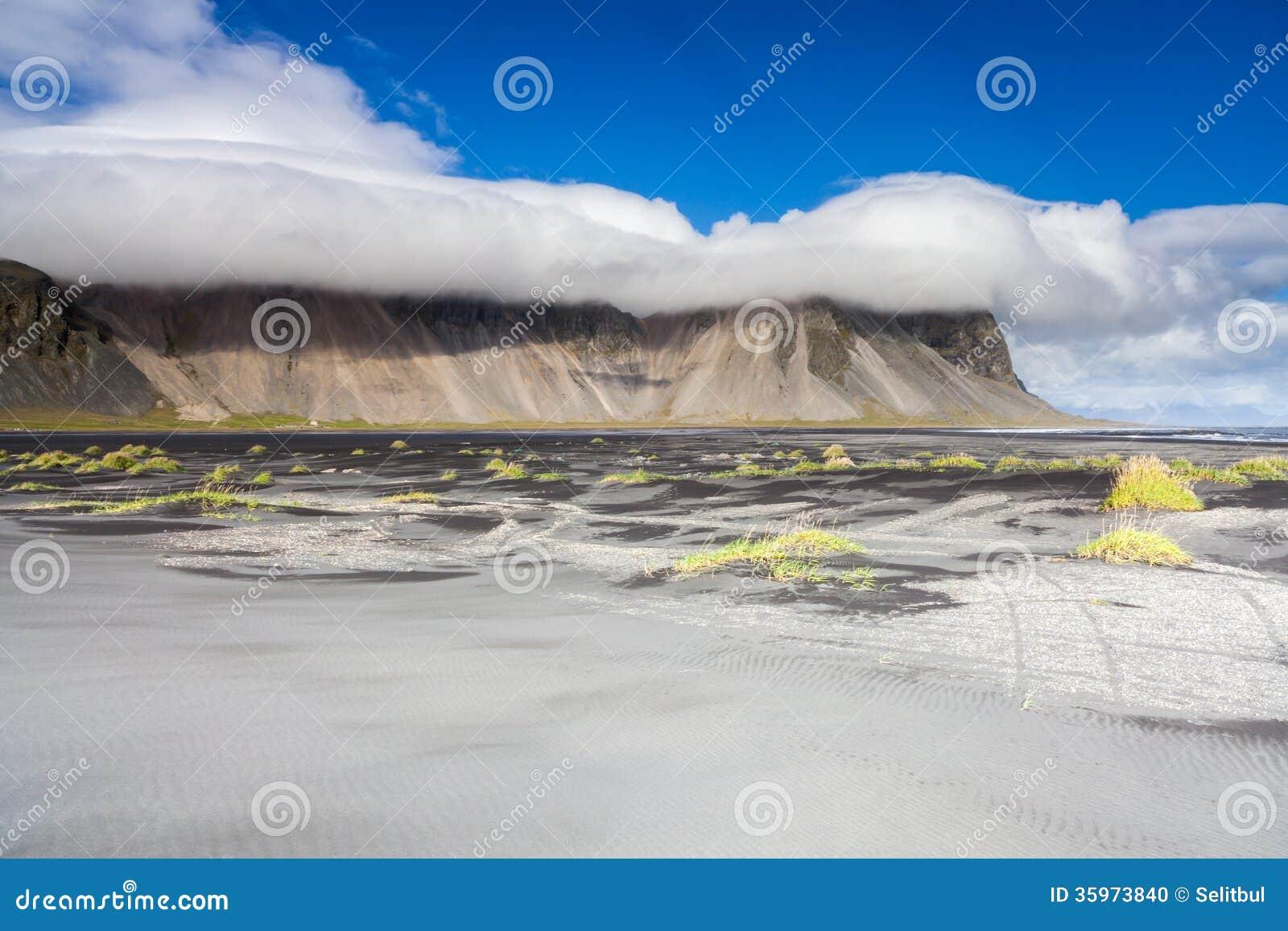 Playa de Sandy cerca de Stokksnes, Islandia del este