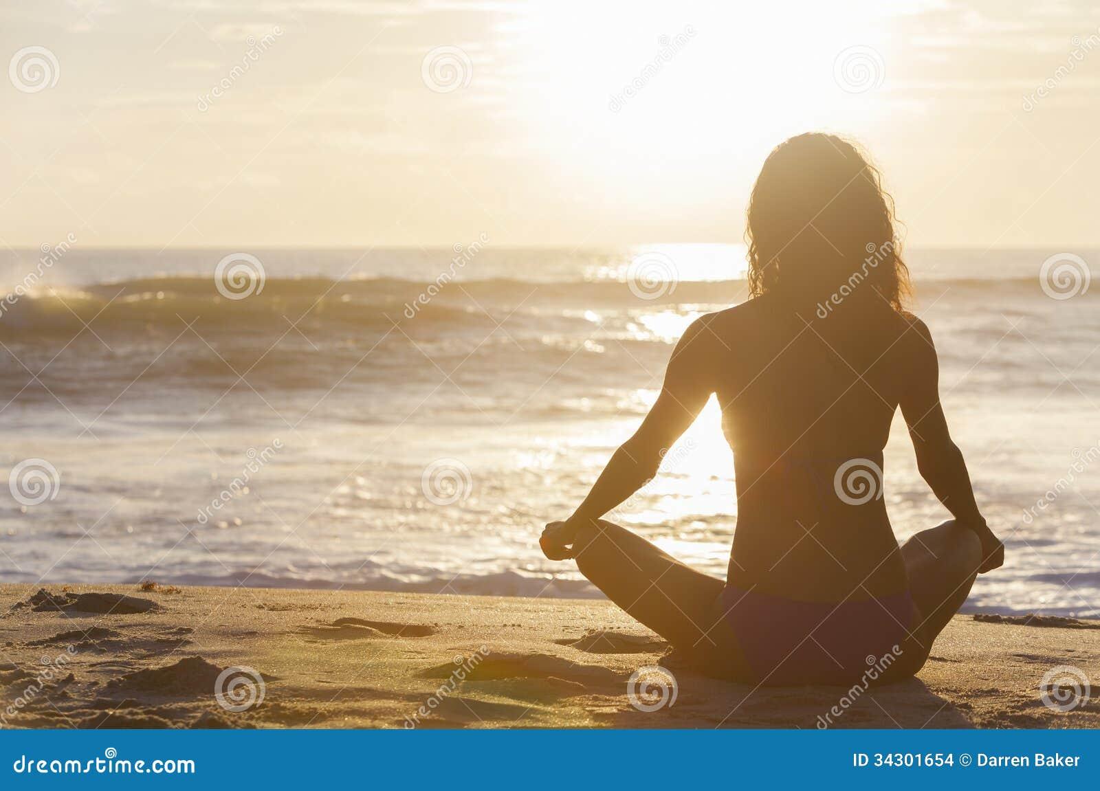 Playa del bikini de la puesta del sol de la salida del sol de la muchacha de la mujer que se sienta