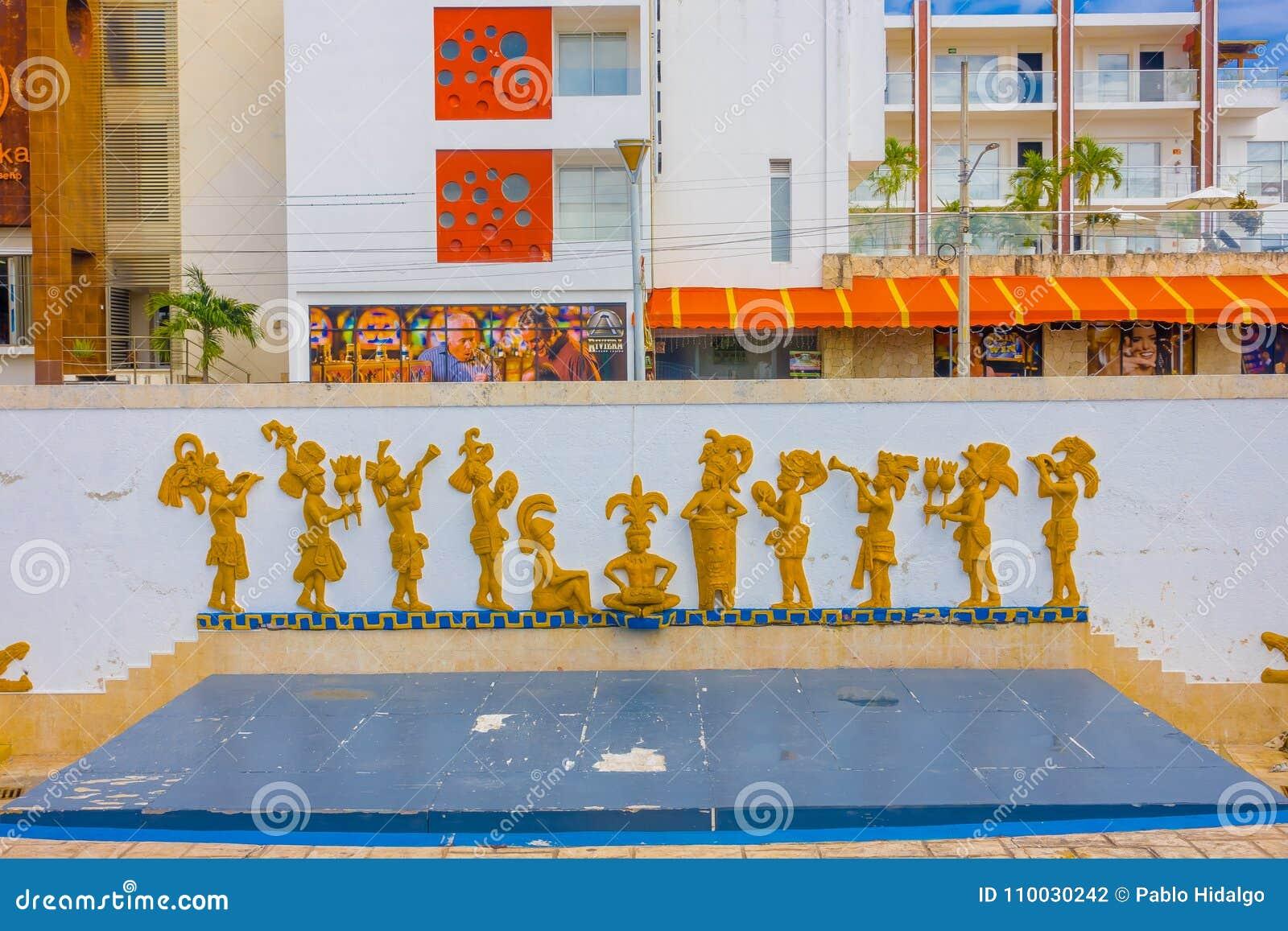 Playa del Carmen, Mexico - Januari 10, 2018: De openluchtmening van gesneden muur met vorm van inheemse Mexicanen, loctaed in a