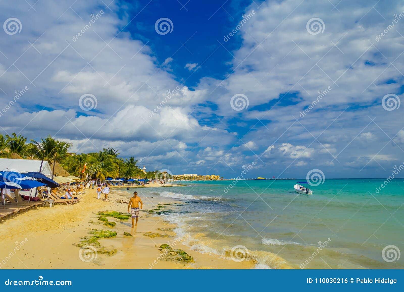 Playa del Carmen, Mexico - Januari 10, 2018: Niet geïdentificeerde mensen op het strand in Playa del Carmen bij zonsondergang met