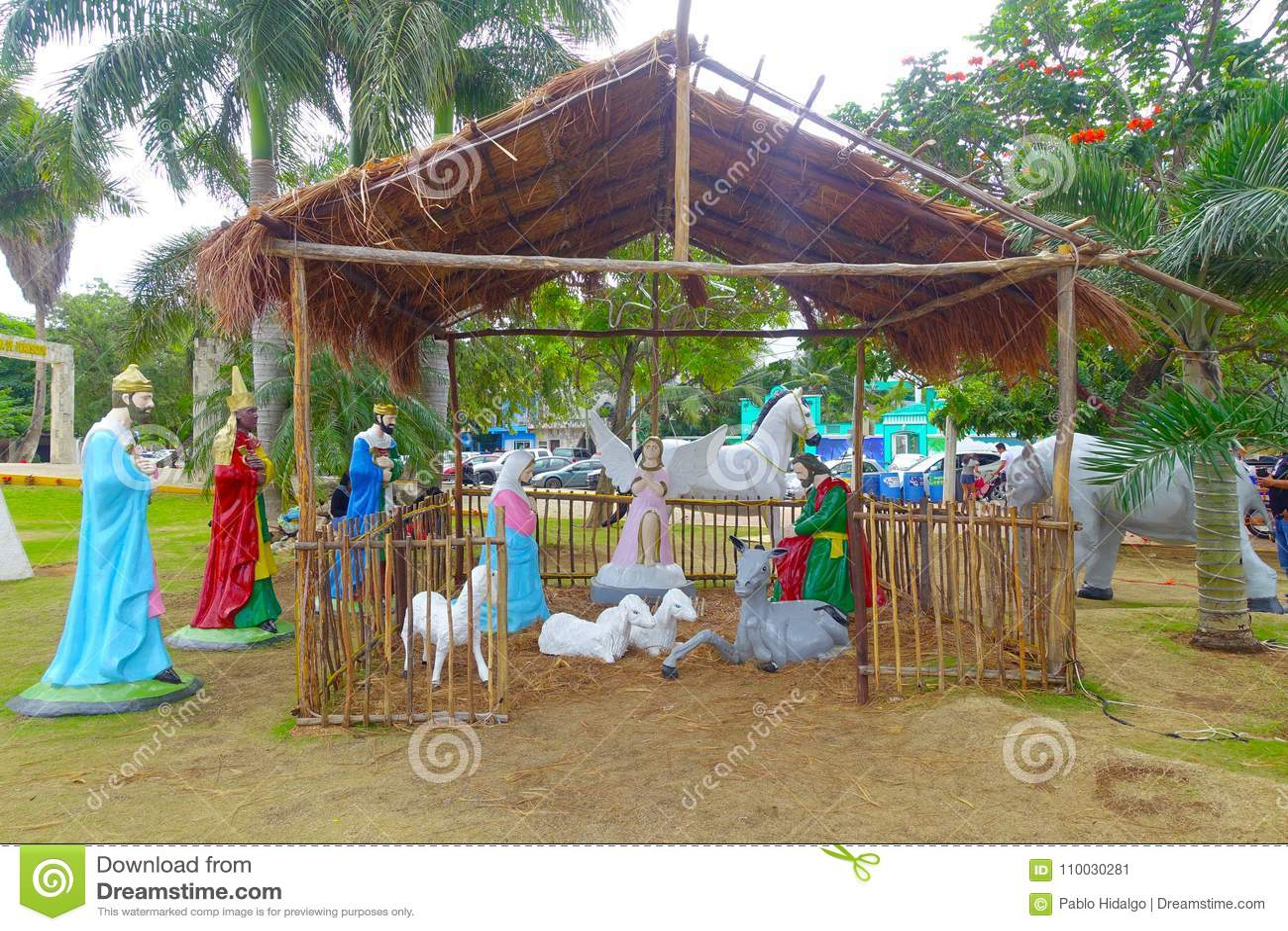 Playa del Carmen, Mexico - Januari 10, 2018: Openluchtdiemening van een trog klei in een park in plein 28 DE Julio binnen wordt g