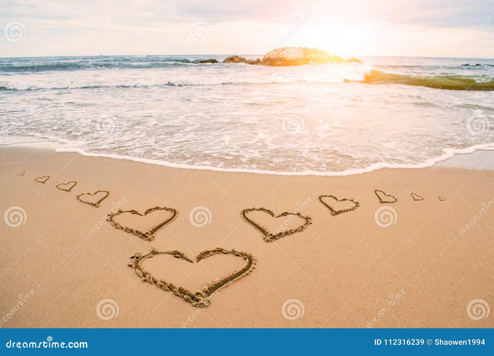 Playa del corazón de la sol del amor