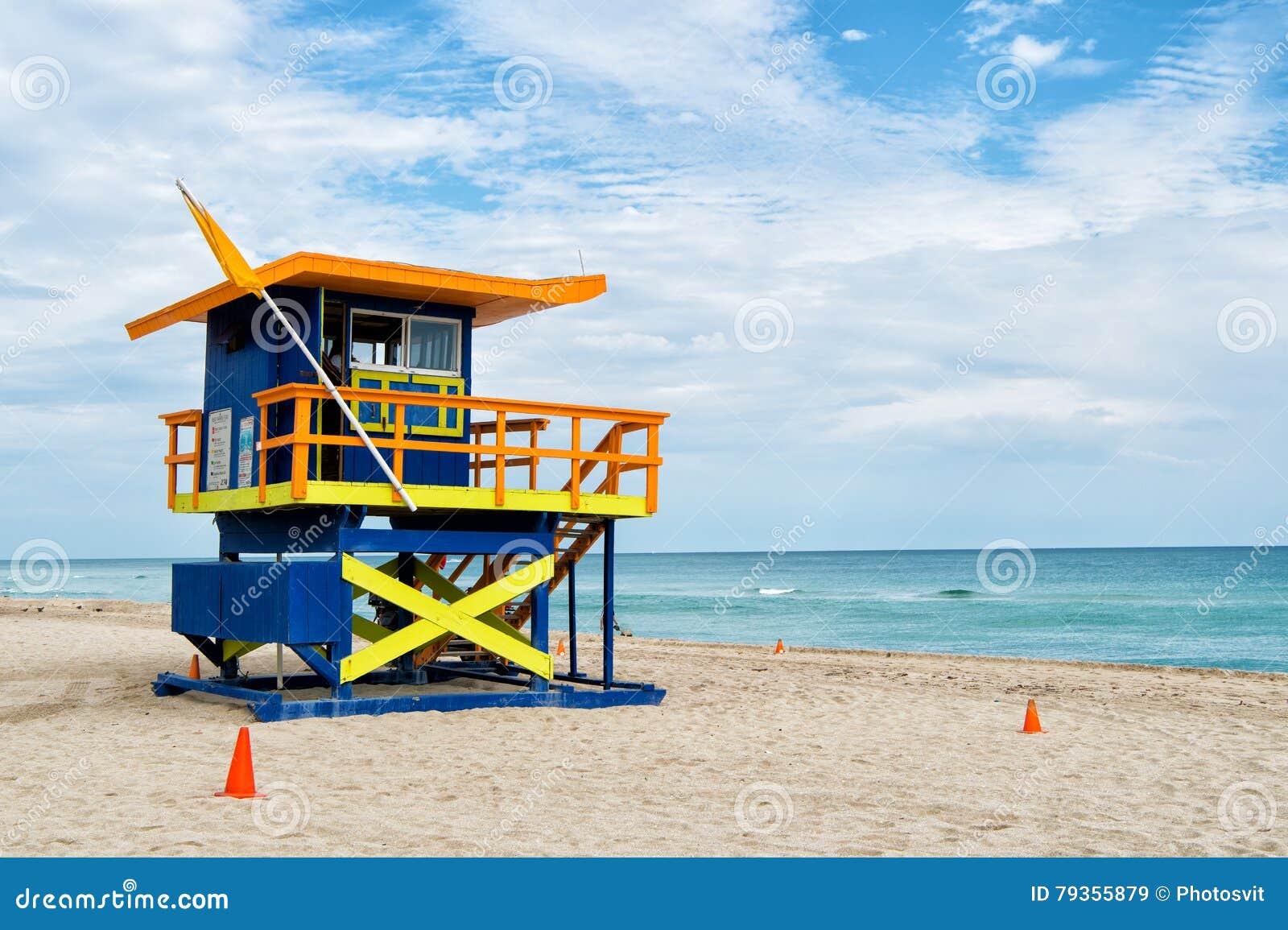 Playa del sur, Miami, la Florida, casa del salvavidas en un estilo colorido de Art Deco en el cielo azul nublado