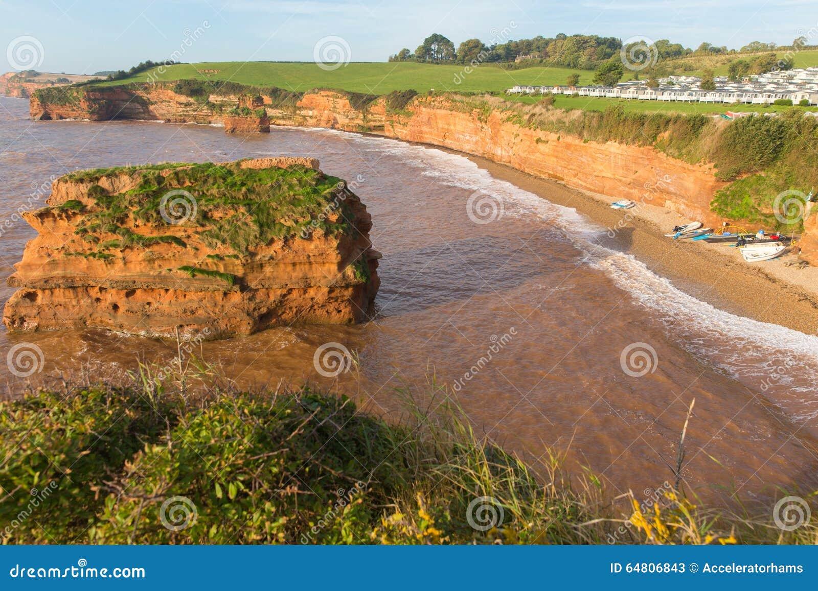 Playa Devon England Reino Unido de la bahía de Ladram con la pila de la roca de la piedra arenisca roja situada entre Budleigh Sa