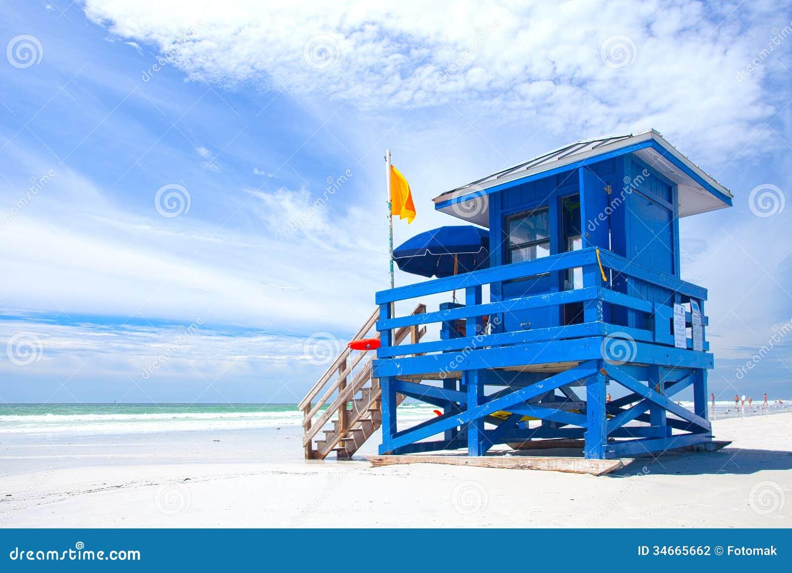 Playa dominante de la siesta, la Florida los E.E.U.U., casa colorida azul del salvavidas
