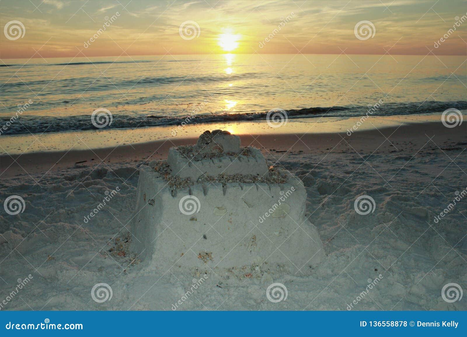 Playa el Golfo de México de ciudad de Panamá cerca del castillo pintoresco de la arena de la puesta del sol