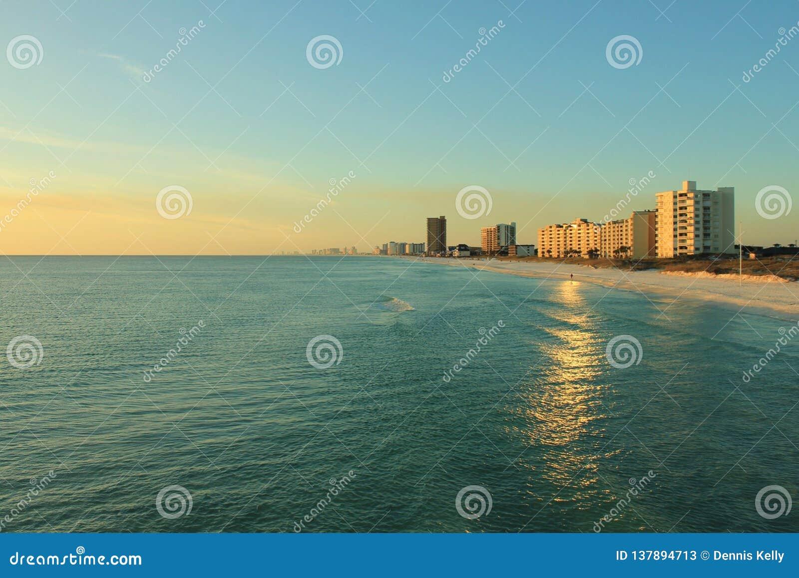 Playa el Golfo de México de ciudad de Panamá cerca de la puesta del sol pintoresca
