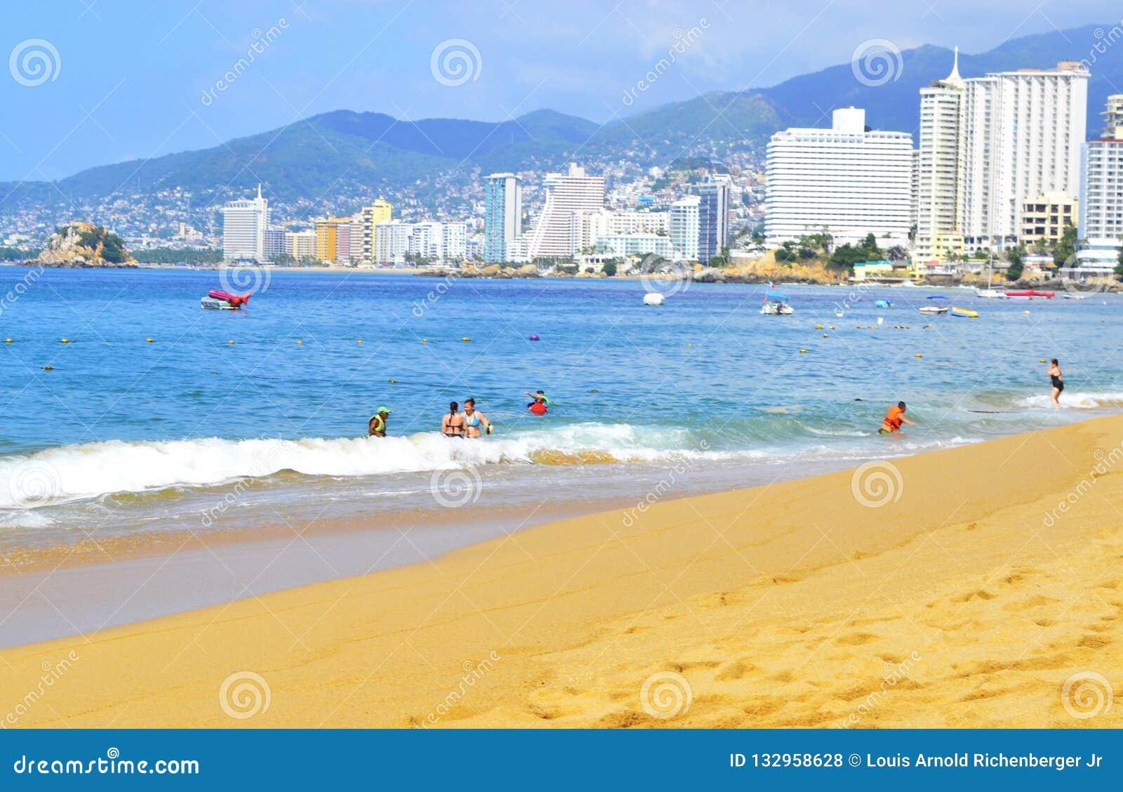 Playa en Acapulco con los turistas y los hoteles