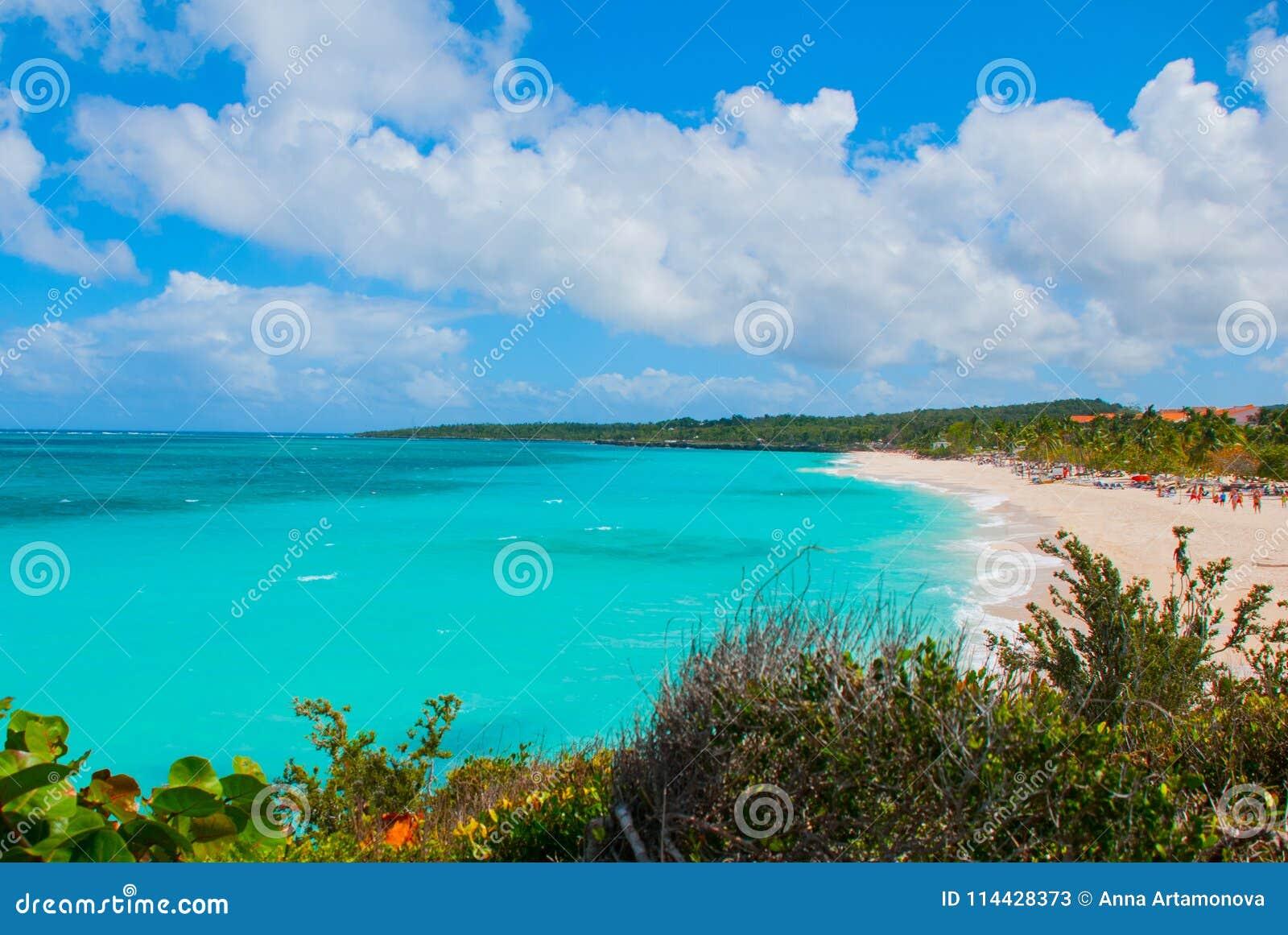 Playa Esmeralda i Holguin, Kuba Sikten uppifrån av stranden Härlig turkos för karibiskt hav