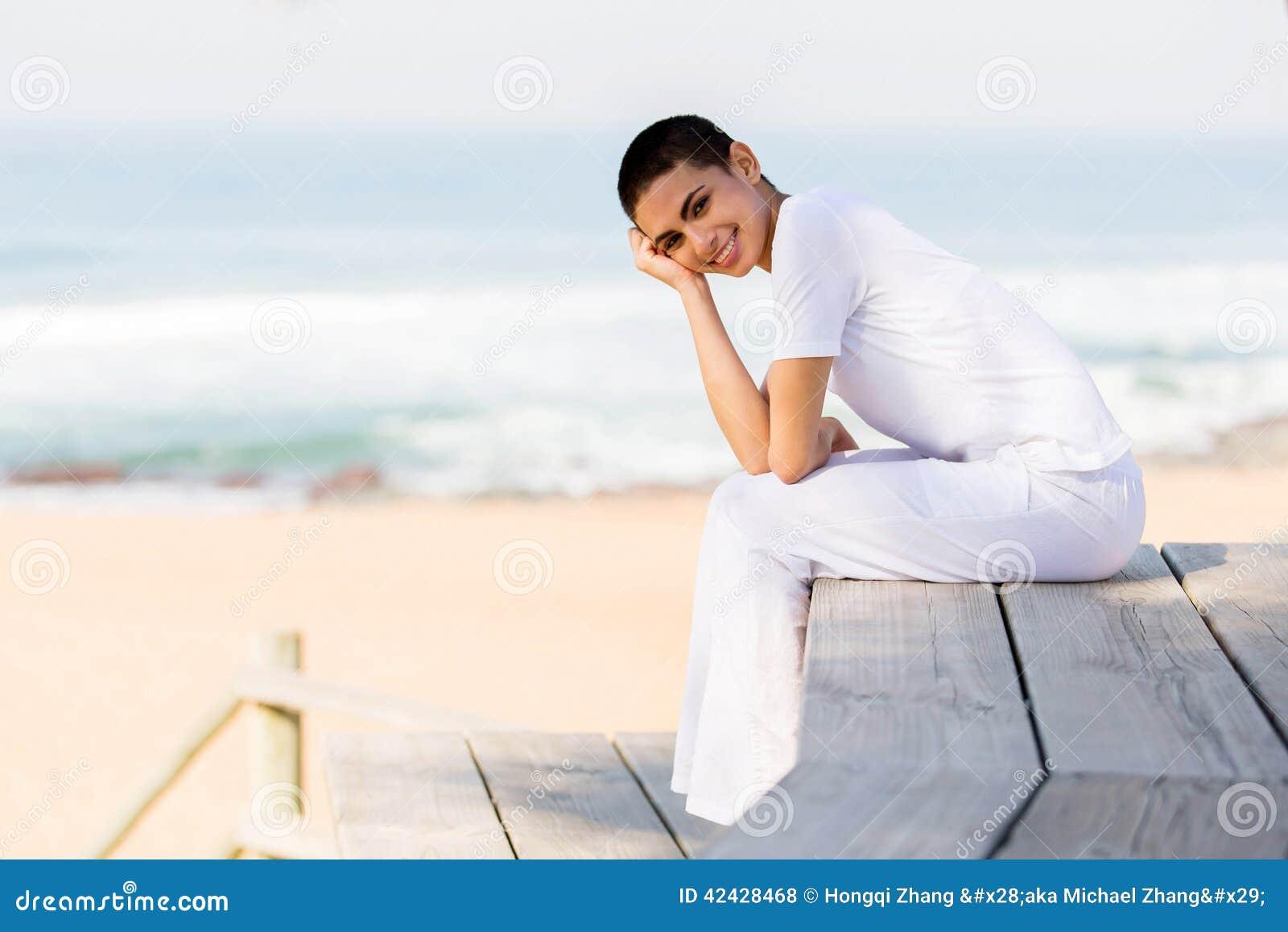 Playa feliz de la mujer