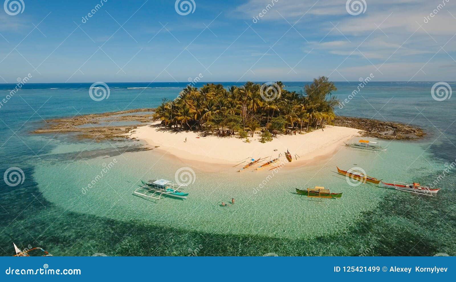 Playa hermosa de la visión aérea en la isla tropical Isla de Guyam, Filipinas, Siargao