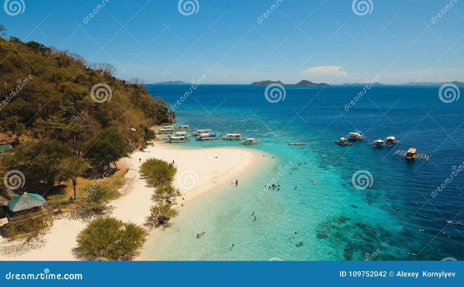 Playa hermosa de la visión aérea en un plátano tropical de la isla filipinas