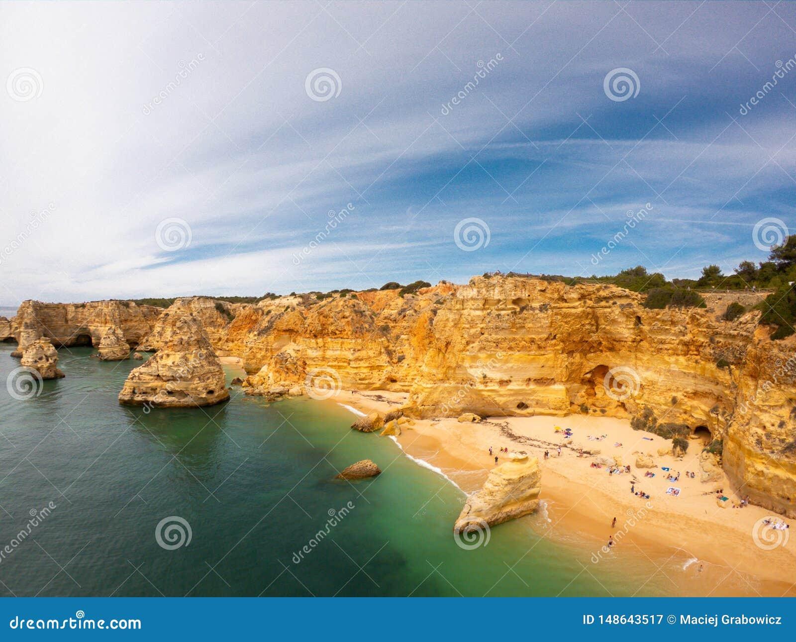 Playa hermosa de Praia De Marinha Most en Lagoa, Algarve Portugal Opini?n a?rea sobre los acantilados y la costa de Oc?ano Atl?nt