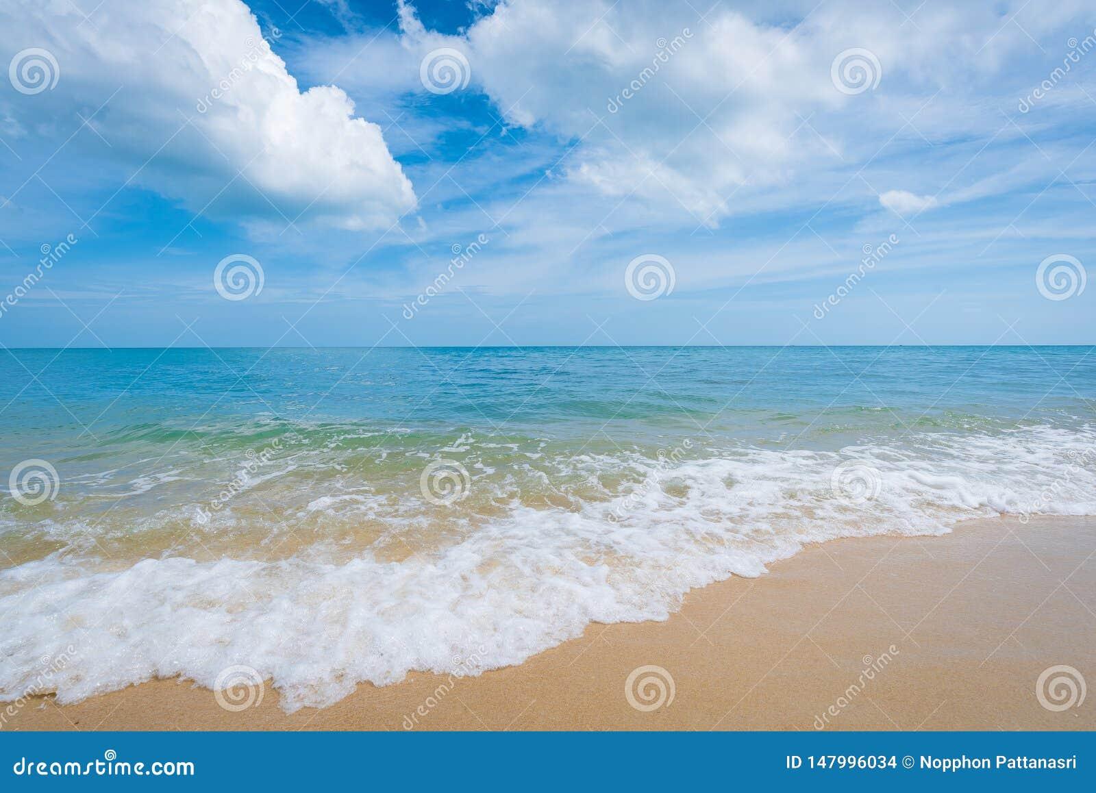 Playa hermosa y cielo azul