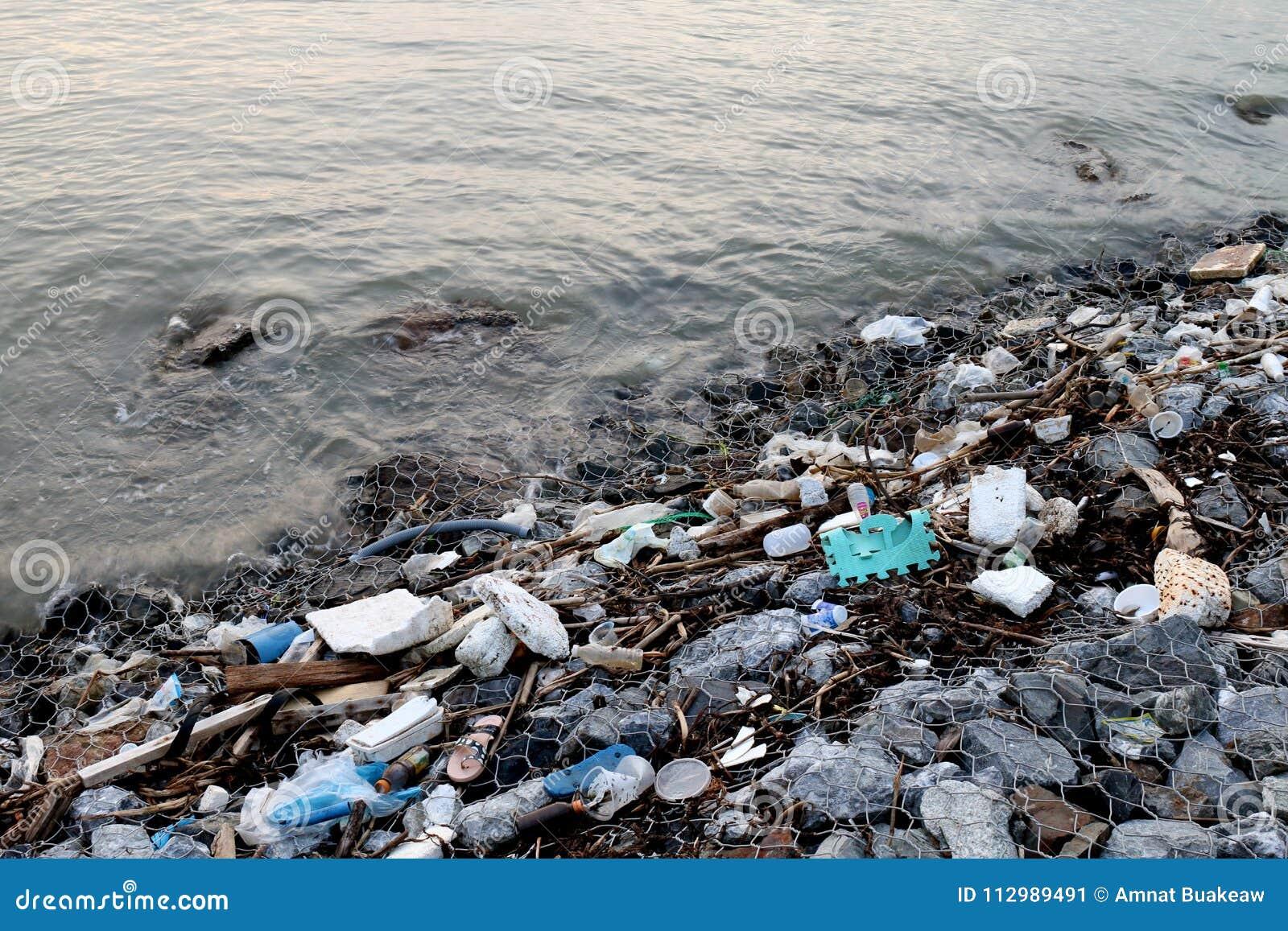 Playa inútil, basura en la contaminación de la playa, basura inútil en el río, basura tóxica, aguas residuales, agua sucia en el