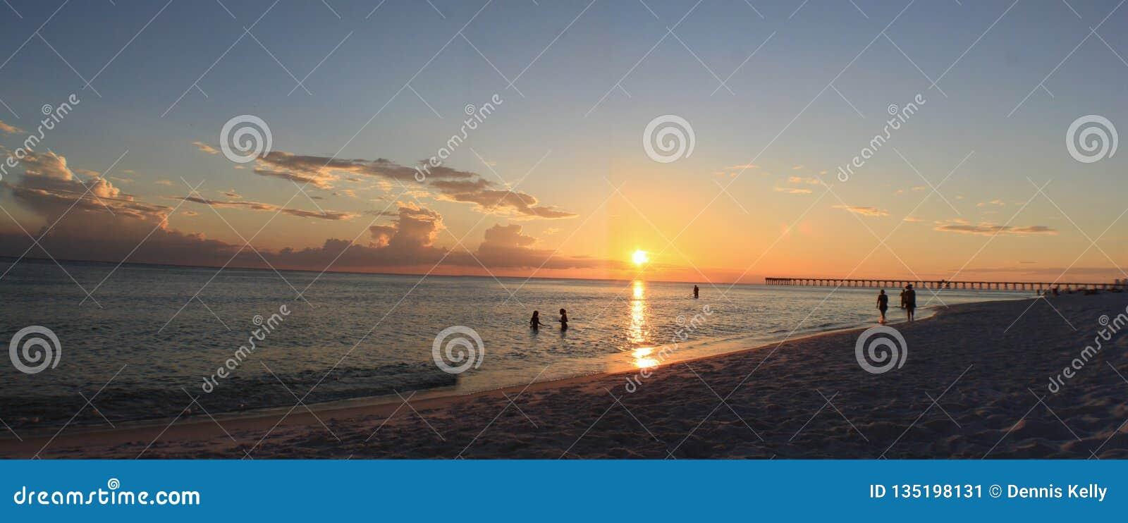 Playa la Florida el Golfo de México de ciudad de Panamá de la puesta del sol
