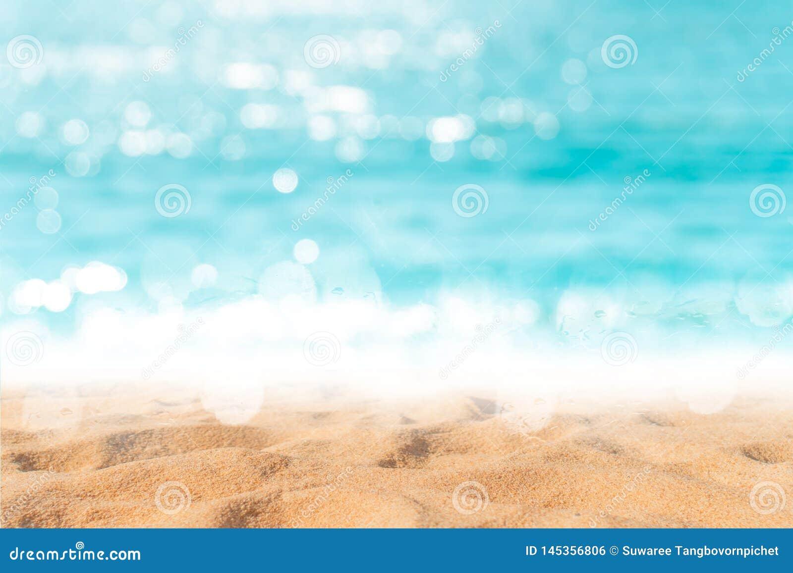 Playa limpia de la naturaleza tropical y arena blanca en verano con el cielo del sol y el fondo azules claros del bokeh