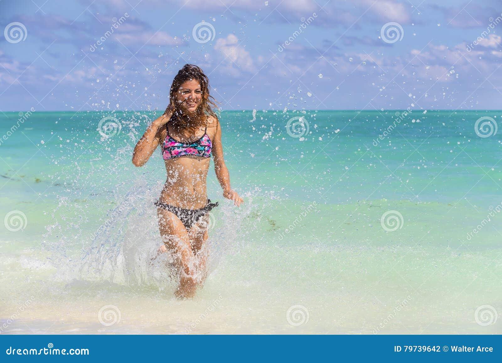Playa modelo morena hispánica de Running At The