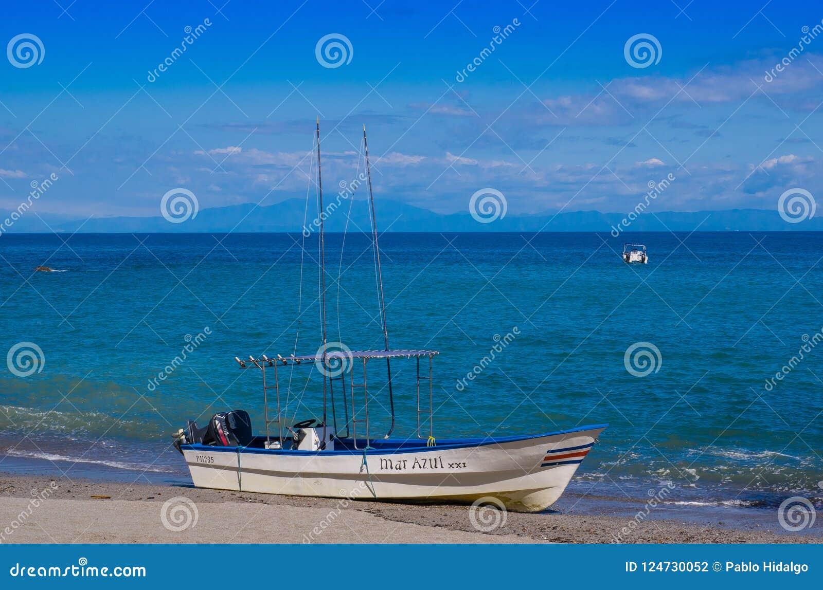 PLAYA MOTEZUMA, COSTA RICA, CZERWIEC, 28, 2018: Plenerowy widok mała łódka w brzeg w Playa Montezuma podczas wspaniałego