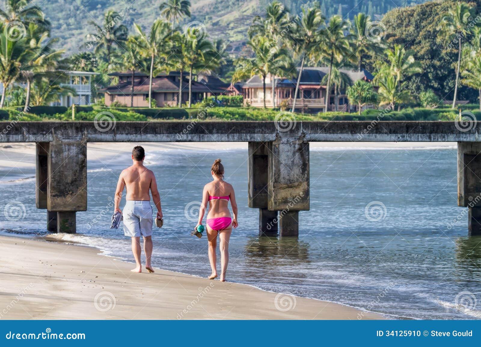 Playa que da un paseo de los pares jovenes, Kauai, Hawaii