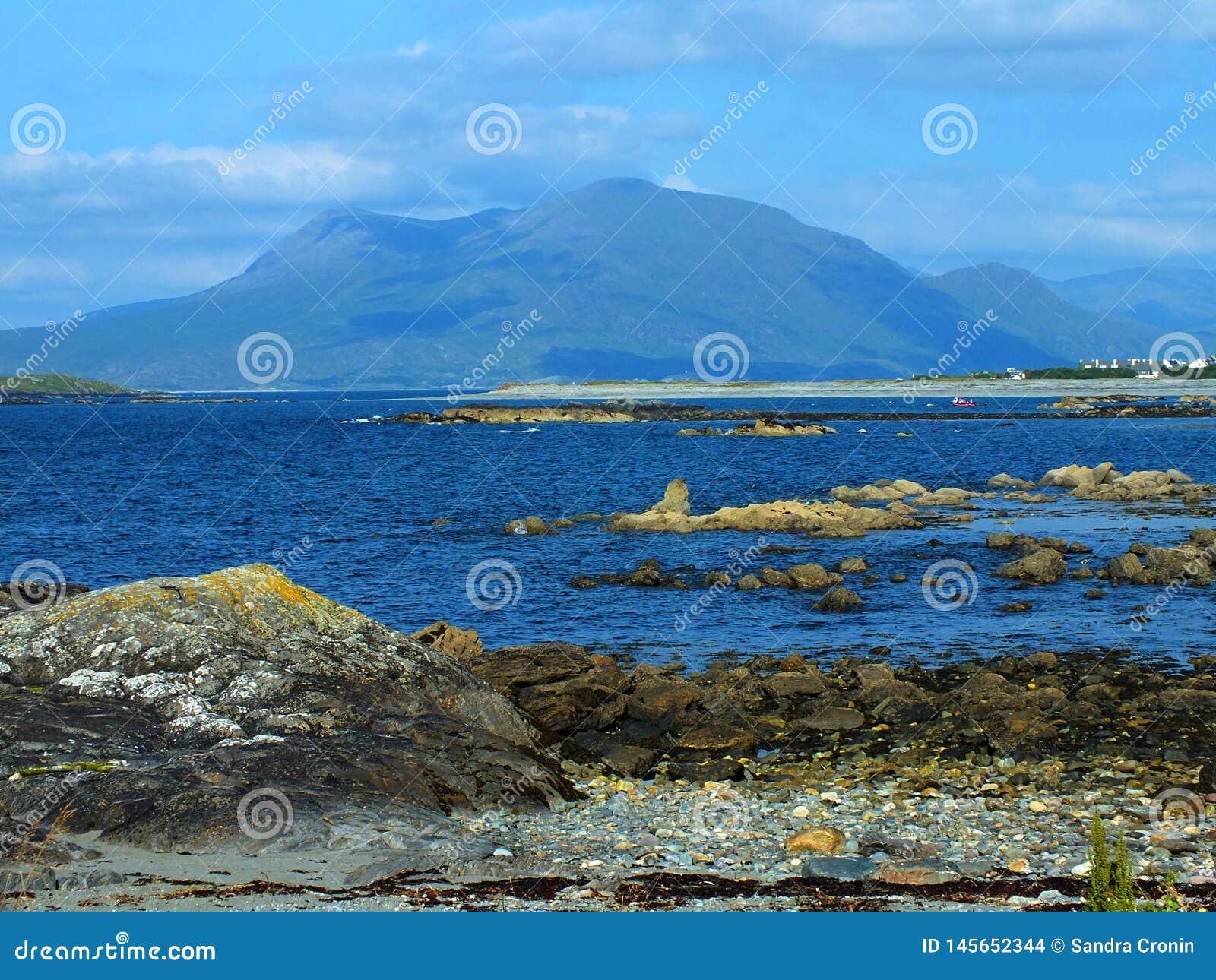 Playa rocosa caliente de Connemara