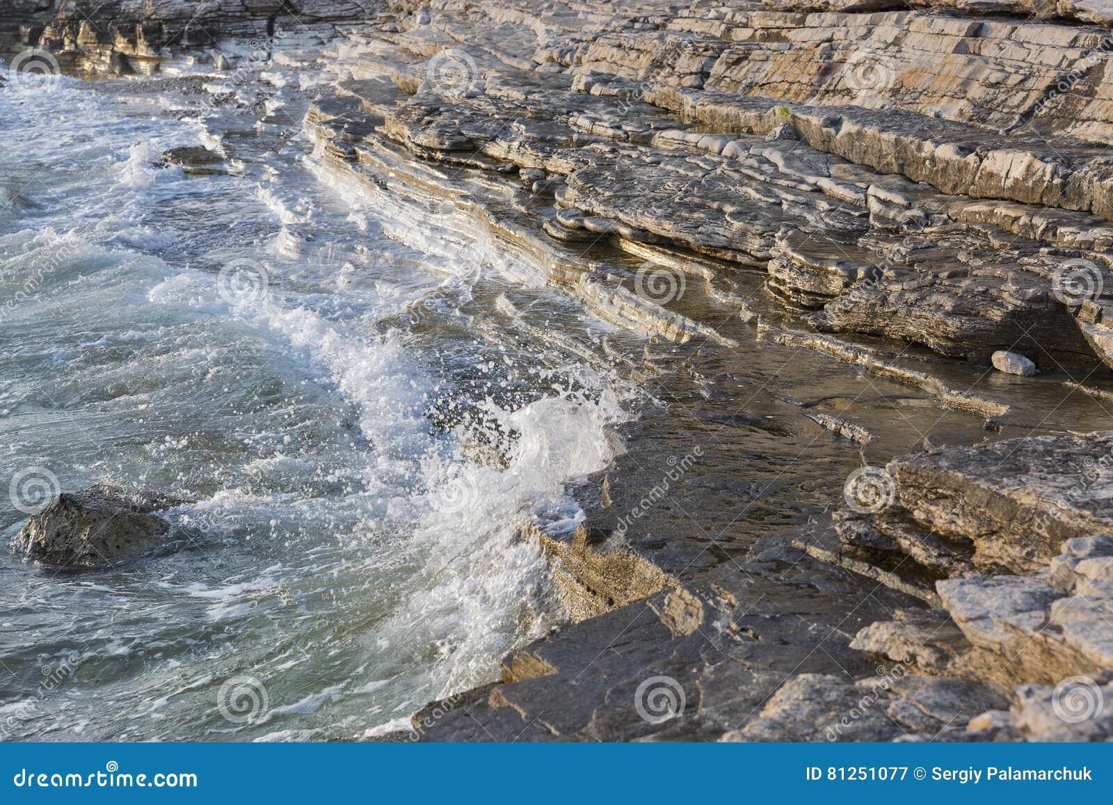 Playa rocosa de la puesta del sol en istria croacia mar for Centro turistico puesta del sol