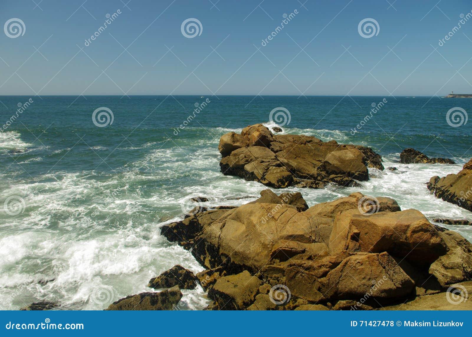 Playa rocosa del océano