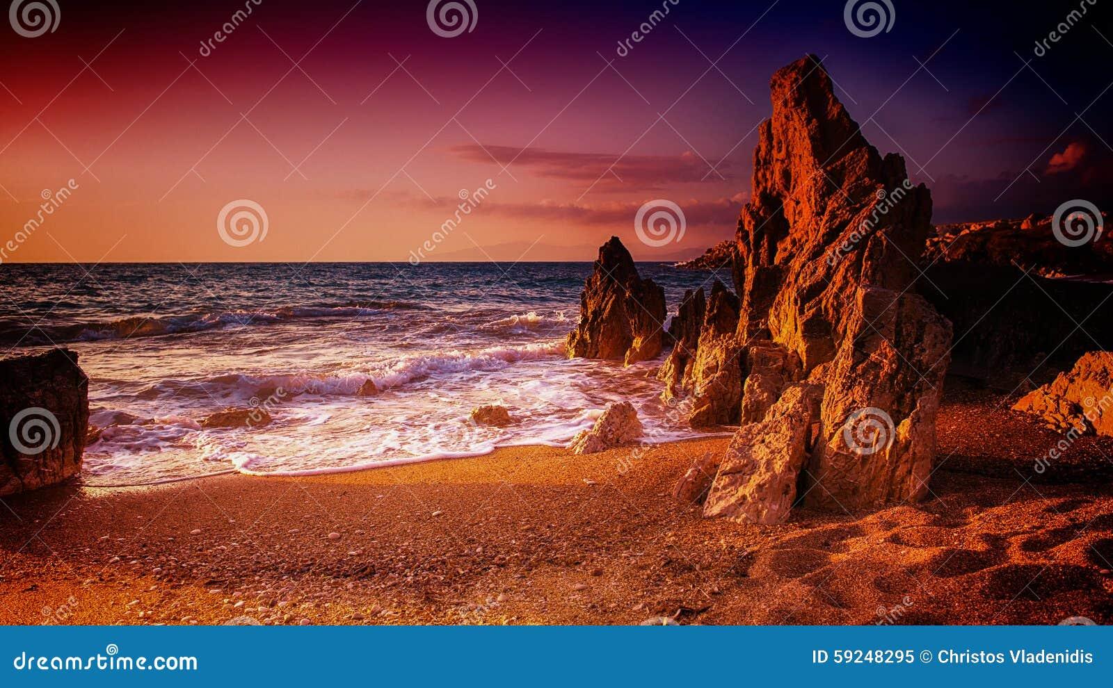 Playa rocosa en la puesta del sol