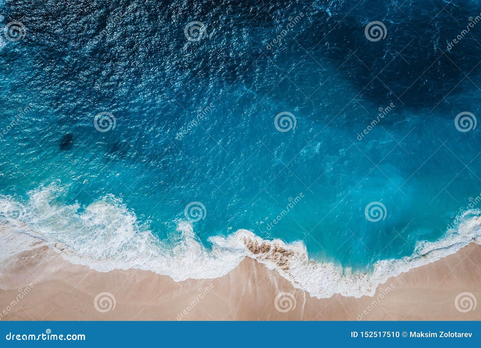 Playa salvaje, visión superior, ondas