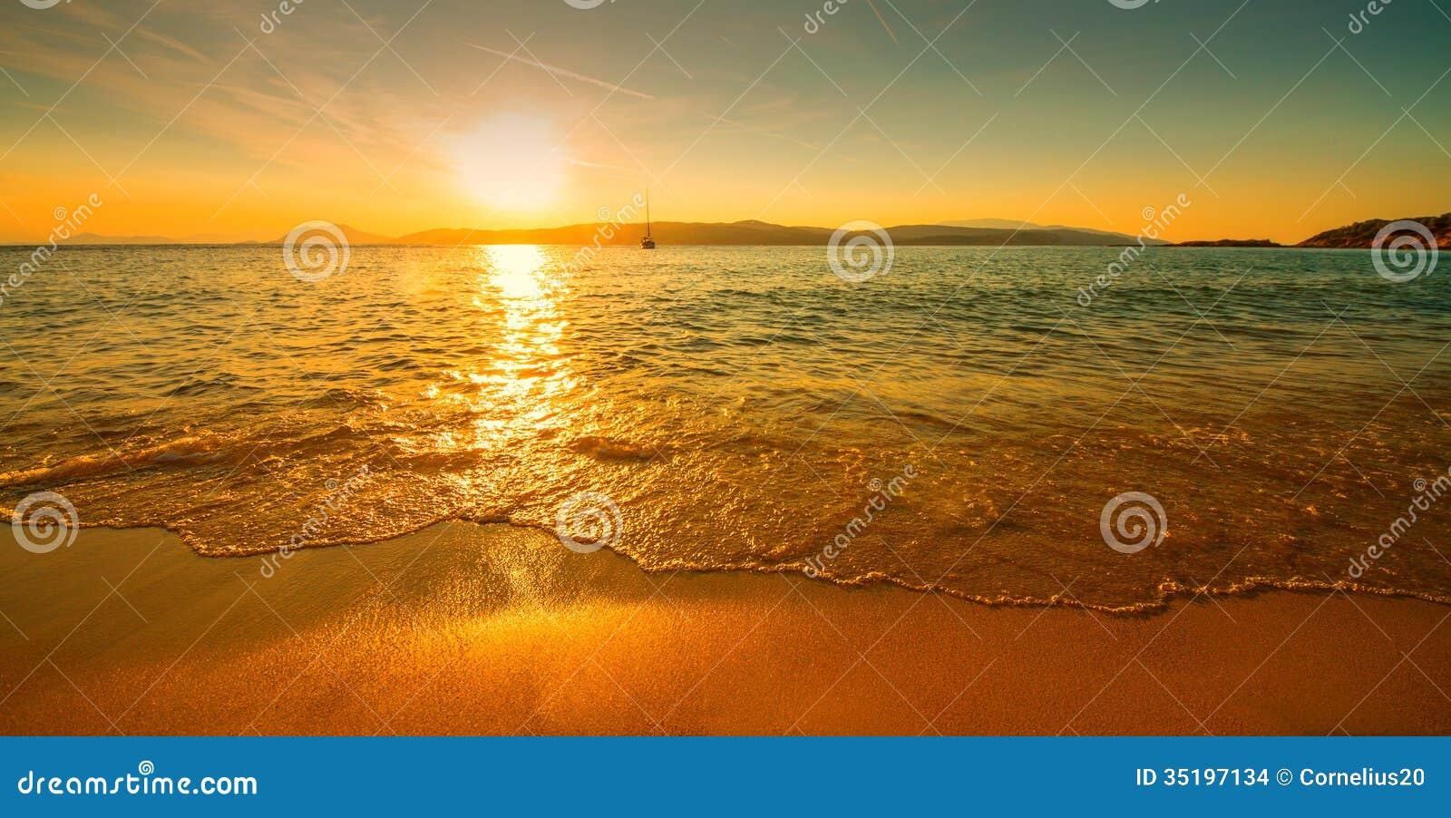 Playa soleada de la puesta del sol