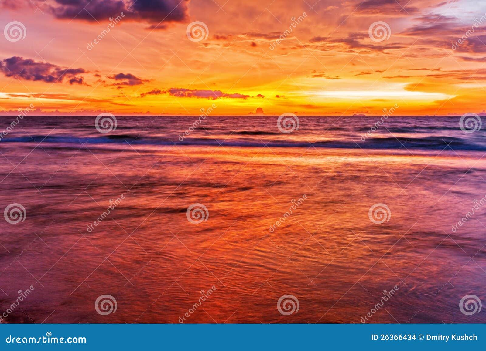 Playa tropical en la puesta del sol.
