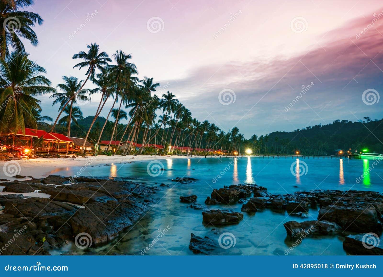 Playa tropical en la puesta del sol