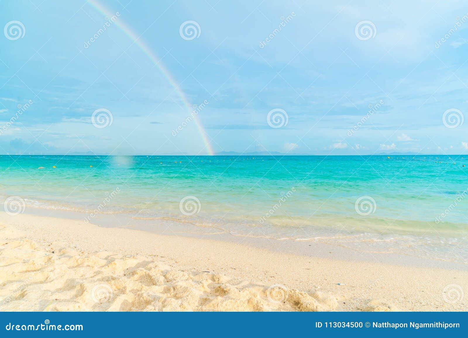 Playa tropical hermosa y paisaje del mar