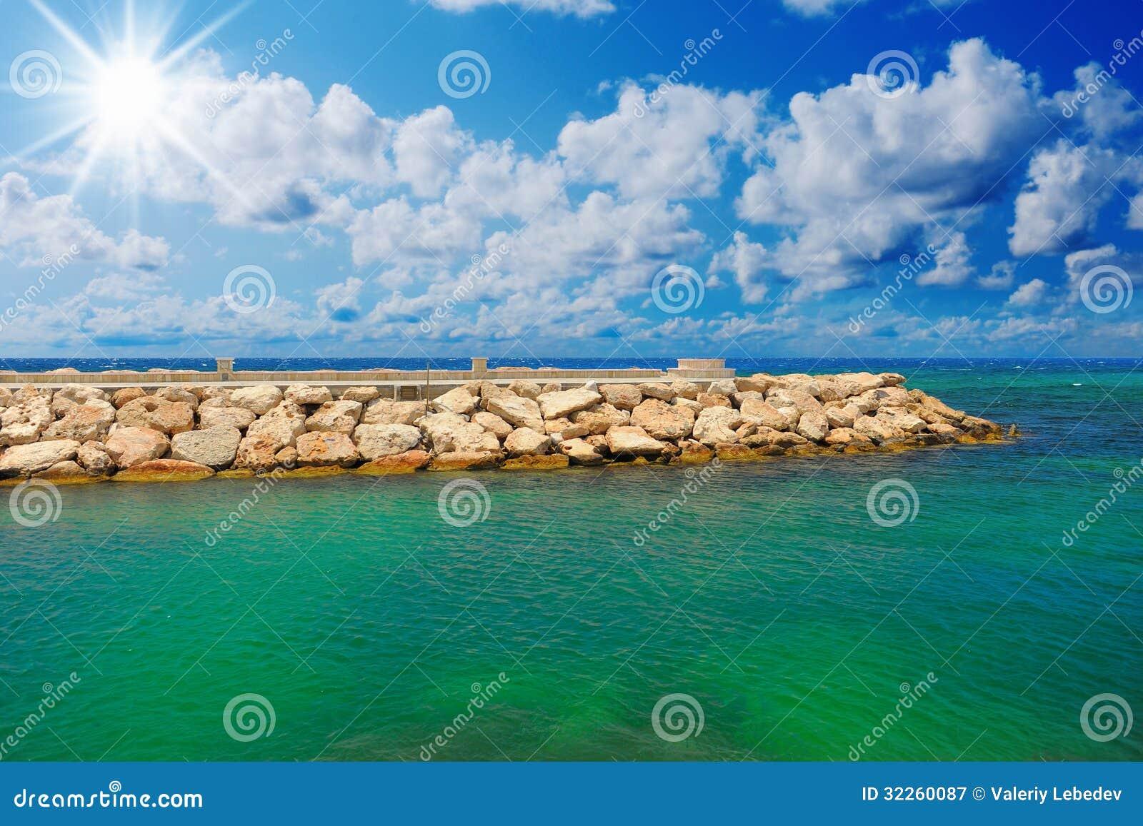Playa tropical soleada en la isla