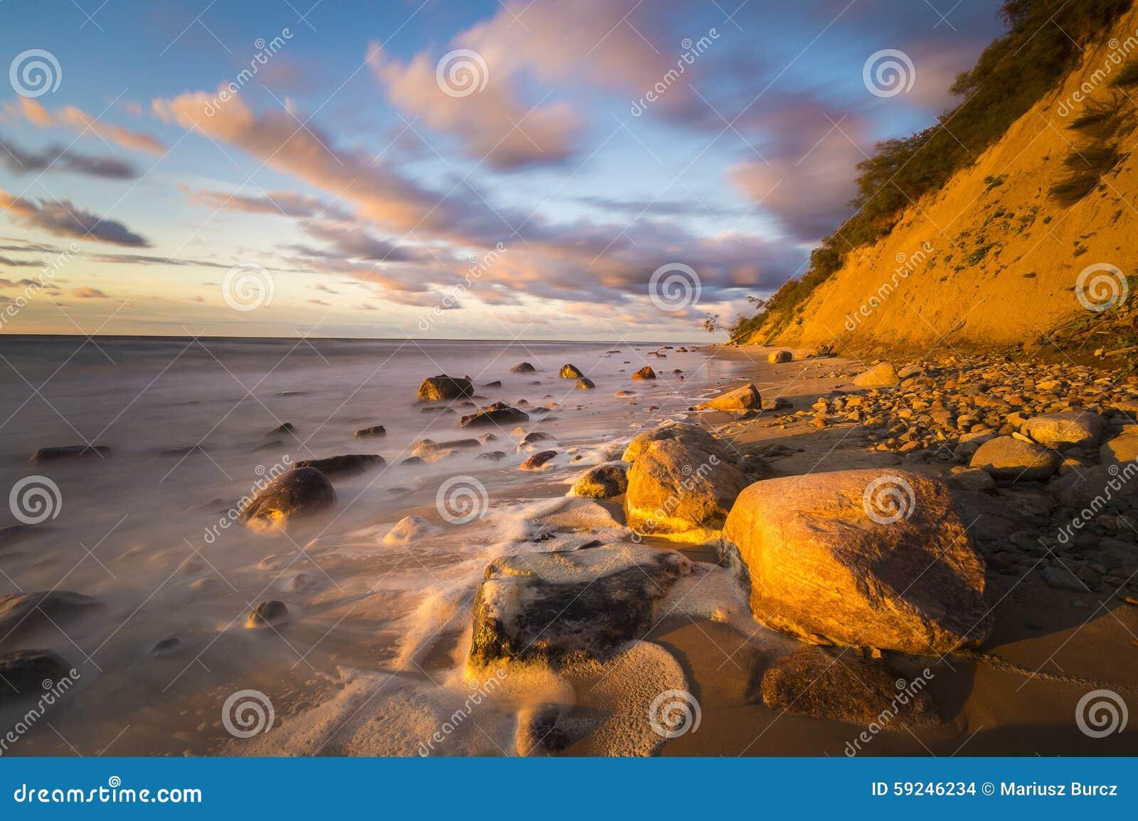 Playa y acantilado