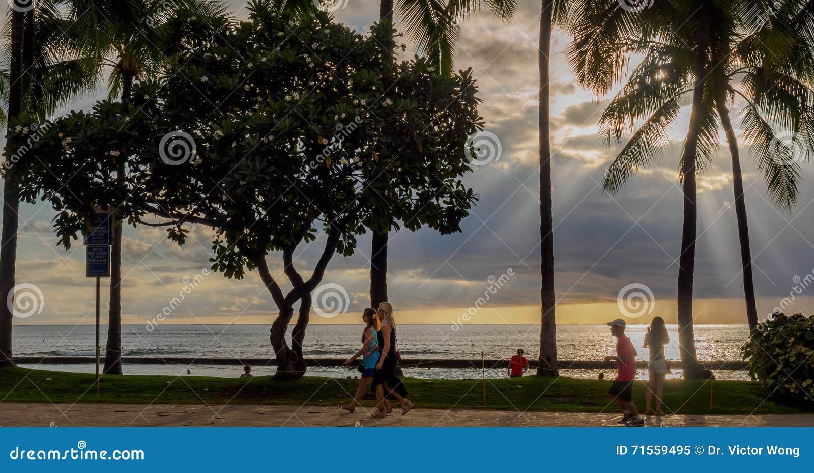 Playa y gente de Waikiki