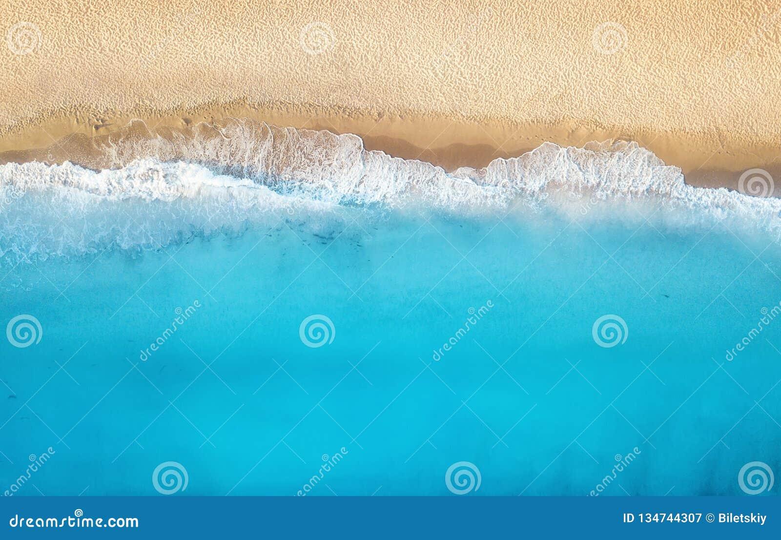 Playa y ondas de la visión superior Fondo del agua de la turquesa de la visión superior Paisaje marino del verano del aire