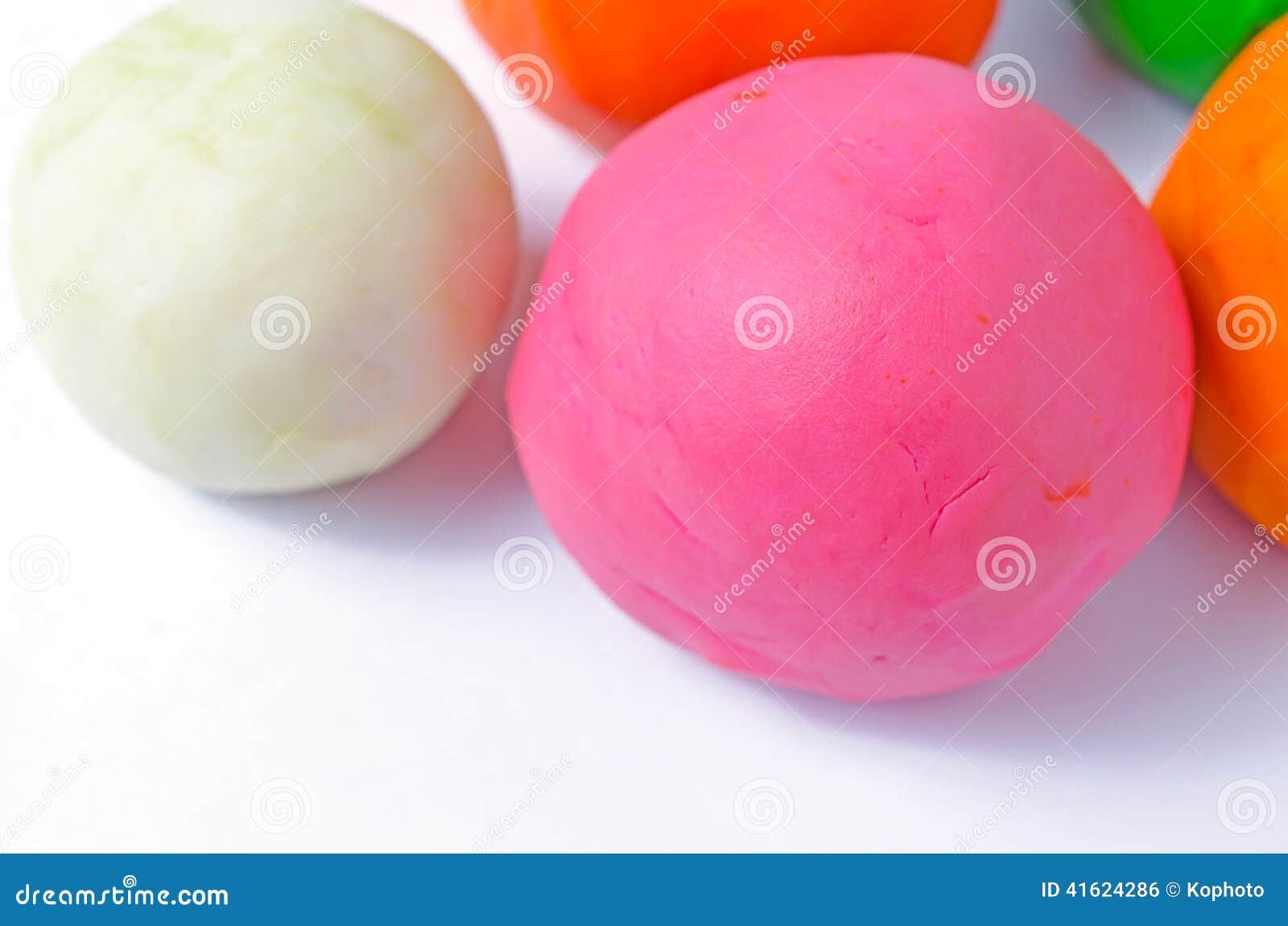 Playdough-Bälle auf Weiß