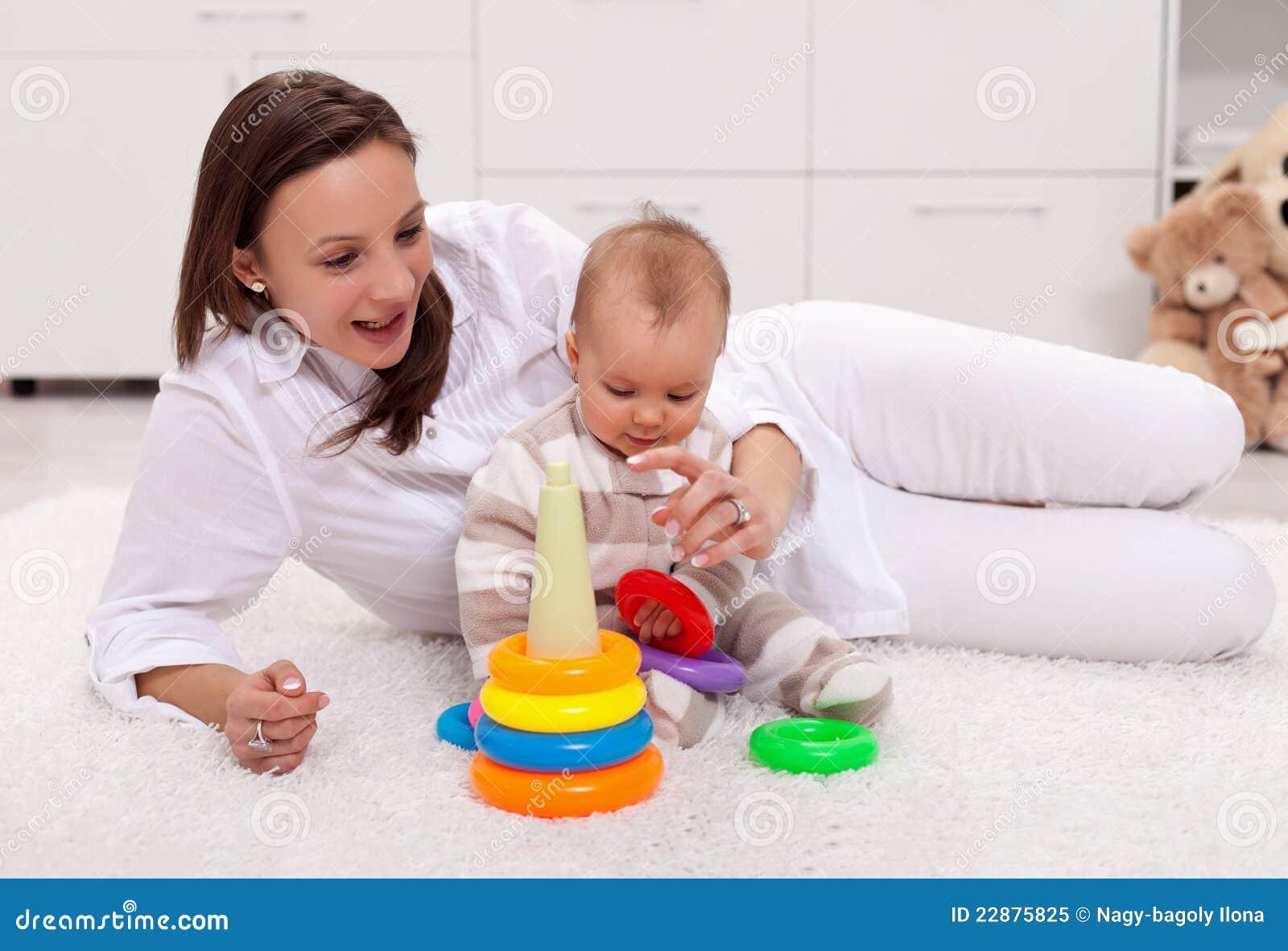 Сын с мамой играют в бутылочку 5 фотография