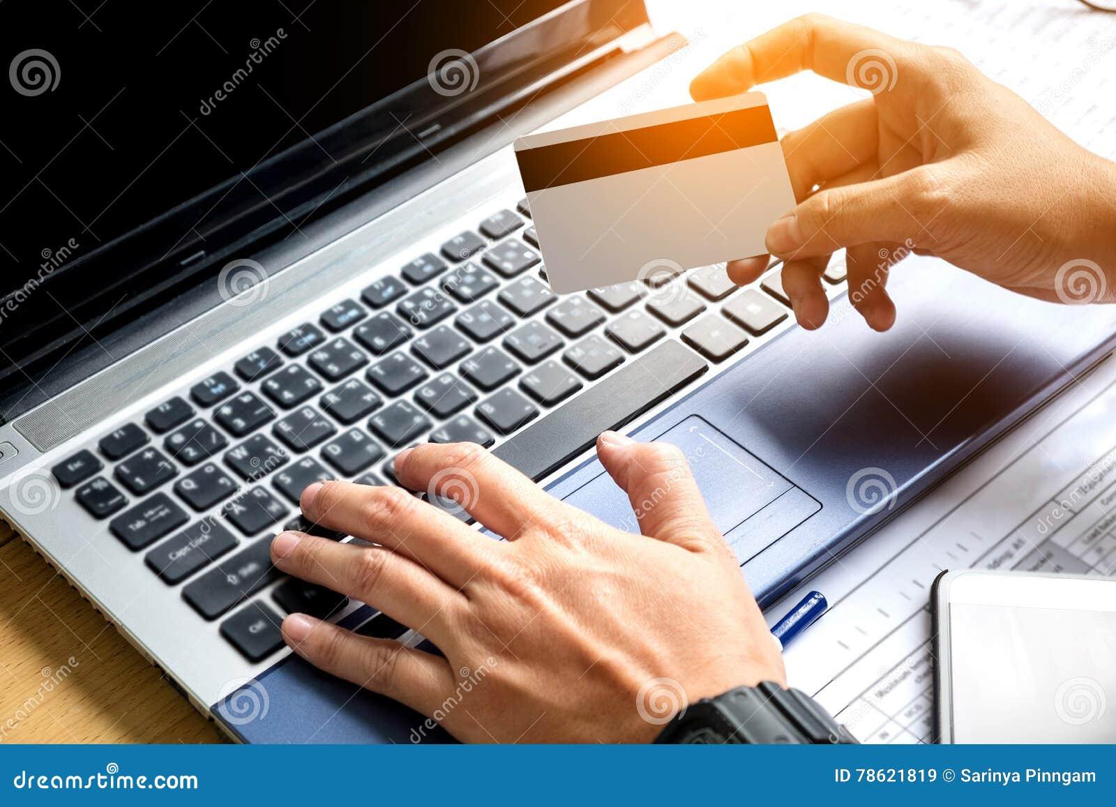 Playments en línea, mano que lleva a cabo pagos con tarjeta de crédito y que usa el La