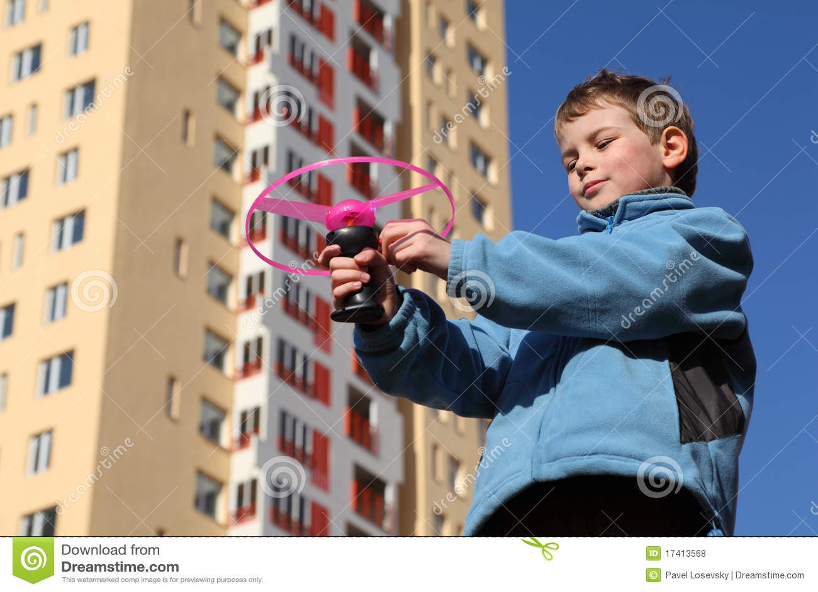 Plays den små pinken för pojkeomslaget propellern