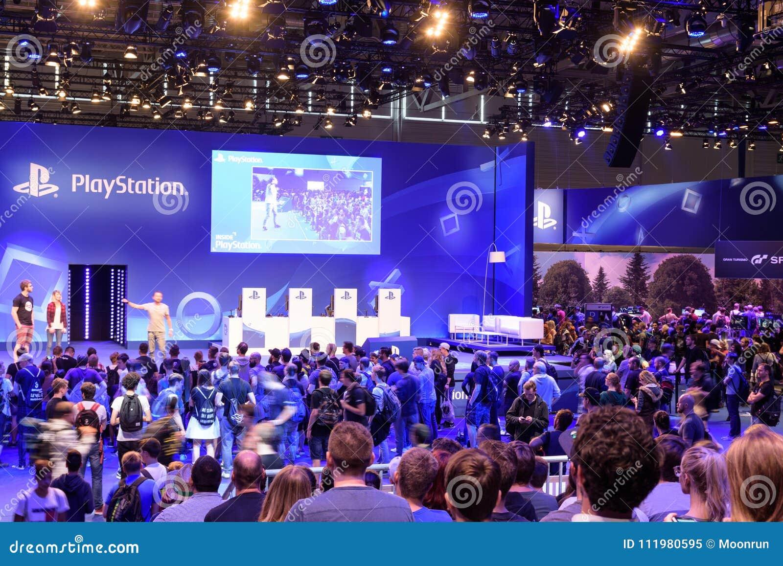 Playstation prezentacja firma Sony przed tłumem
